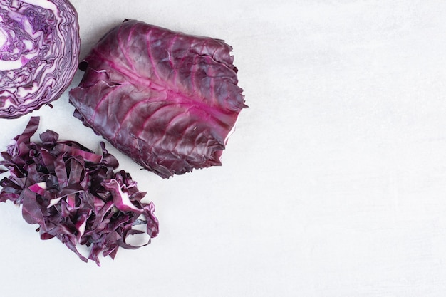 石の表面に新鮮な紫キャベツ。高品質の写真