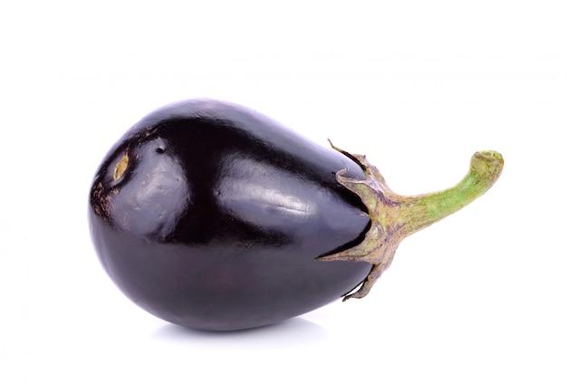 白で隔離される新鮮な紫色のナス