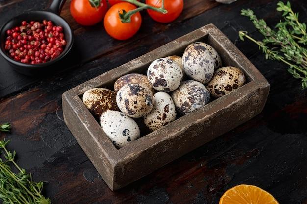 어두운 나무 테이블에 신선한 메추라기 계란