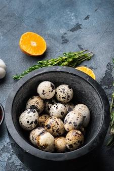 Свежие перепелиные яйца, на сером фоне