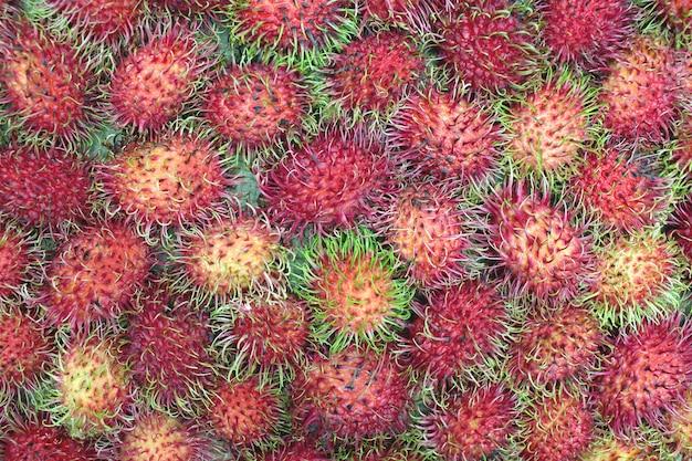市場の新鮮なランブータンの果実