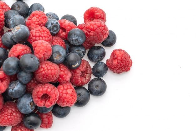 신선한 나무 딸기와 흰색 바탕에 신선한 블루 베리