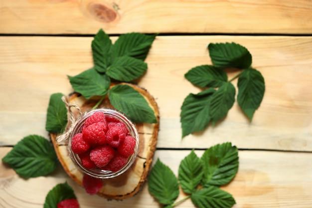 瓶の中の新鮮なラズベリーラズベリーの葉