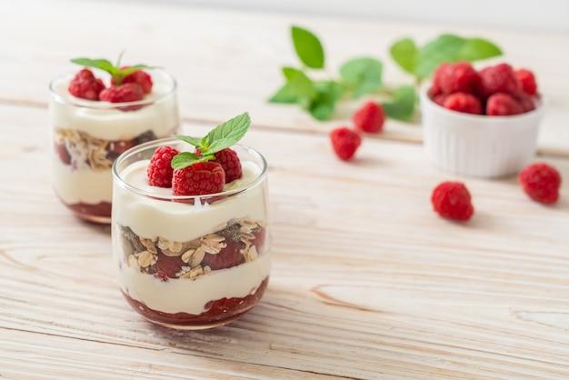 Свежая малина и йогурт с мюсли - стиль здорового питания
