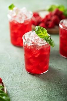 Свежий малиновый коктейль с базиликом и льдом, выборочный фокус изображения