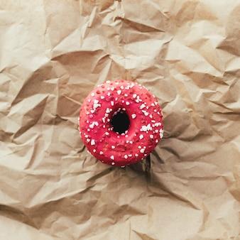 구겨진 된 공예 종이에 신선한 라즈베리 도넛