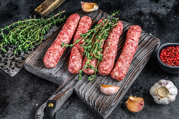 Свежее сырое мясо говядины шашлыки колбаски на разделочной доске