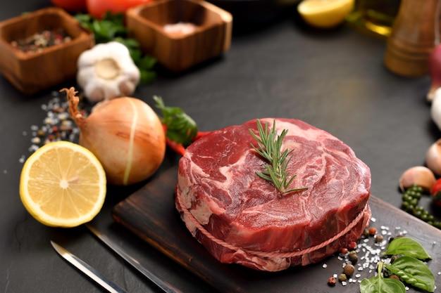 부엌에서 커팅 보드에 신선한 원시 쇠고기 고기