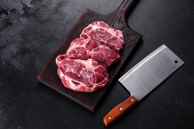 신선한 생 소고기를 향신료와 허브로 맛있게 육즙 스테이크를 만듭니다. 구운 고기 준비