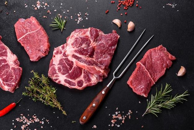 향신료와 허브로 맛있는 육즙 스테이크를 만드는 신선한 생고기