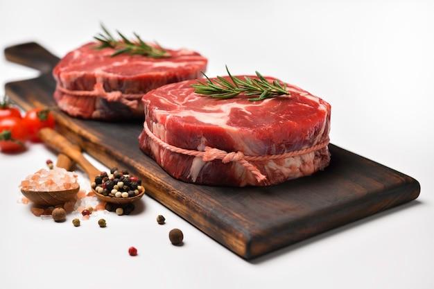 흰색 테이블에 부엌에서 요리 재료와 신선한 원시 쇠고기 고기