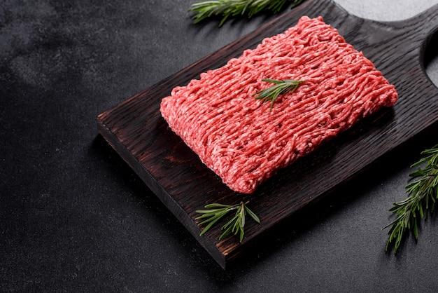 신선한 생 쇠고기 다진