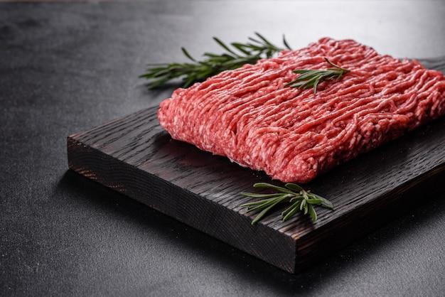 Свежий сырой говяжий фарш