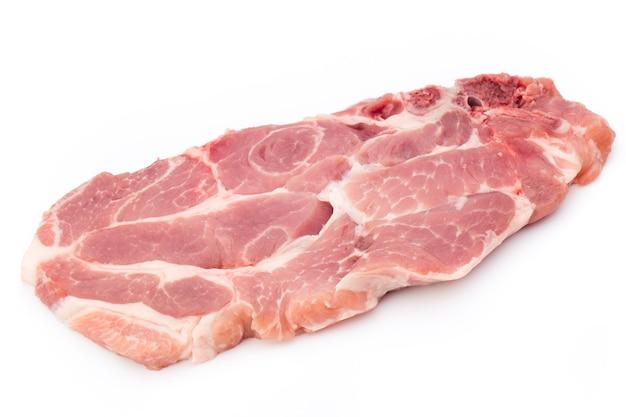 白い表面に分離された新鮮な生のビーフステーキ、上面図。