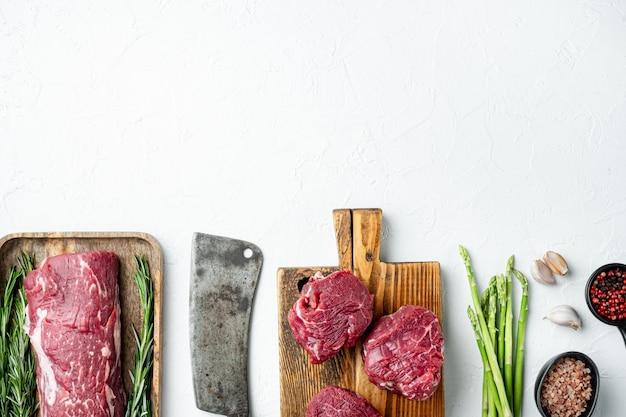 흰 돌에 신선한 생 쇠고기 스테이크 미뇽 전체 컷 세트