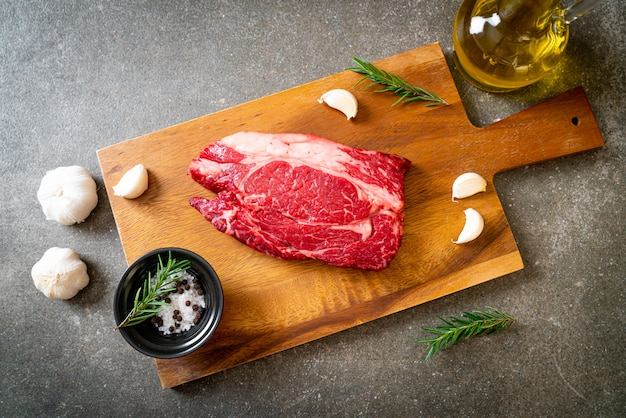 Свежий сырой стейк из говядины Premium Фотографии