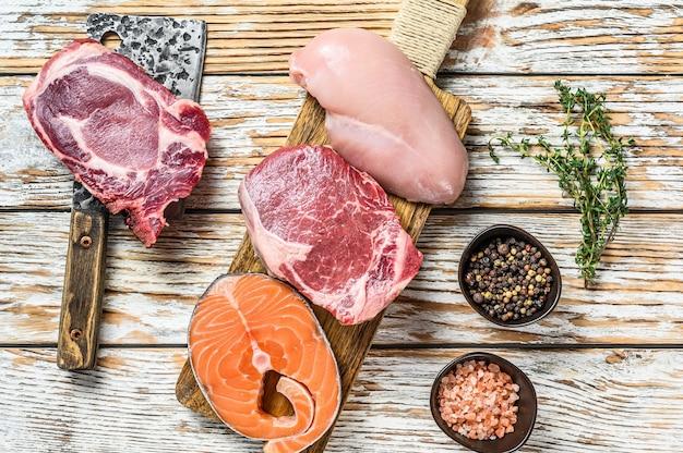 新鮮な生牛サーロインステーキ、鶏胸肉の切り身、豚肉、サーモンステーキ