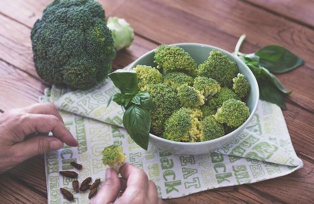 健康的な食事のための木製のテーブルの上の新鮮な生のブロッコリー健康的な栄養ダイエットデトックスの概念