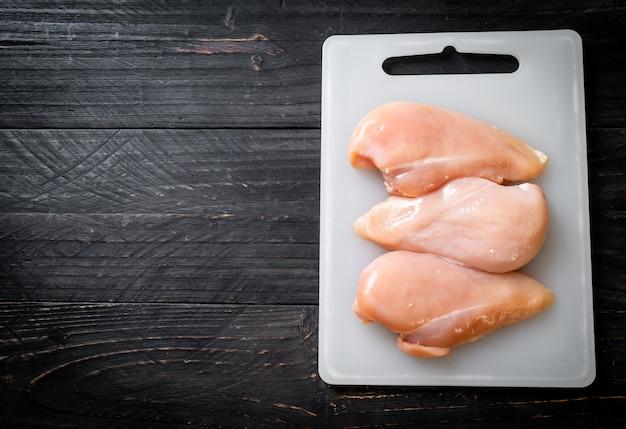 신선한 생 닭 가슴살