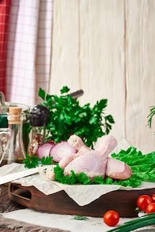 Свежие сырые куриные голени на столе