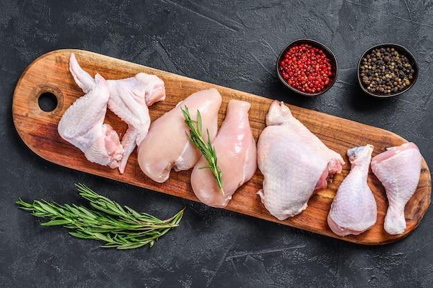 신선한 생 닭고기와 닭고기 부분