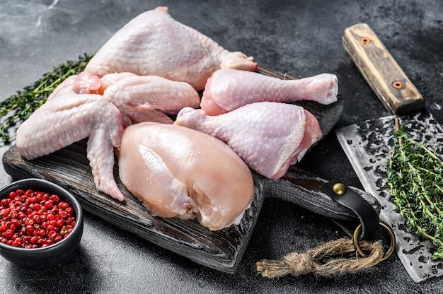신선한 생 닭고기 부품 배치