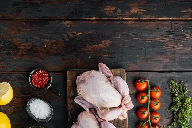 재료를 넣은 신선한 생 닭고기, 오래된 나무 테이블, 텍스트 복사 공간이 있는 위쪽 전망
