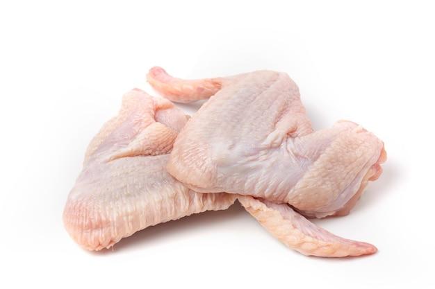 Свежие сырые куриные крылышки, изолированные на белом фоне.