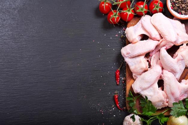 어두운, 상위 뷰에 야채와 함께 신선한 생 닭 날개