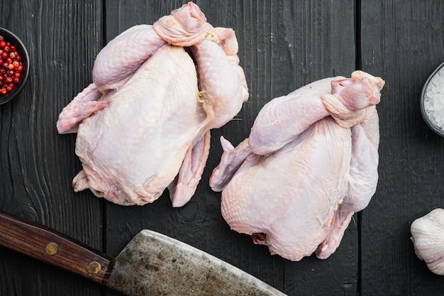 검은 나무 테이블, 평면도에 허브 향신료 재료와 신선한 생 닭