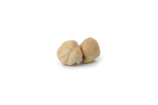 白で分離された新鮮な生ひよこ豆