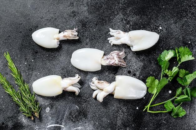 Свежая сырая каракатица с розмарином и петрушкой
