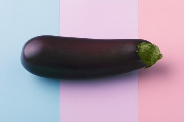 Свежий сырой темно-фиолетовый баклажан