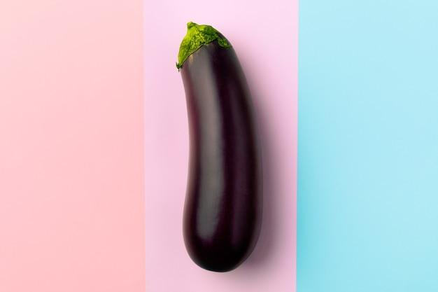 新鮮な生の濃い紫色のナス