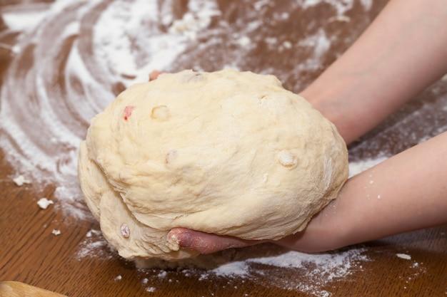 Свежее сырое тесто