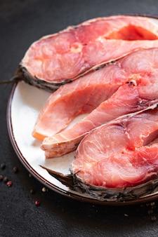 新鮮な生の魚の鯉白身魚の頭のない死骸の食事スナックテーブルコピースペース食品の背景
