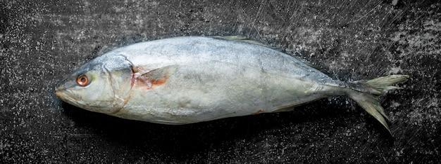 신선한 생선. 어두운 시골 풍 테이블에