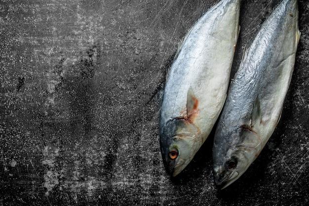 Свежая сырая рыба. на темном деревенском