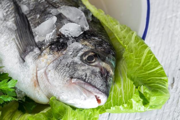 木製のボード上の生の生の魚。バックグラウンド。上から