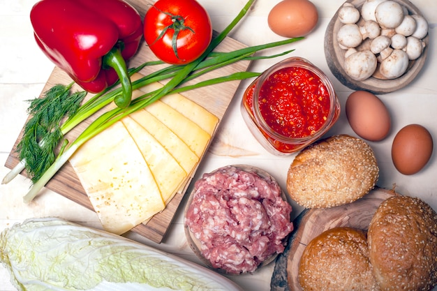 Свежая сырцовая еда для варить взгляд сверху бургера.