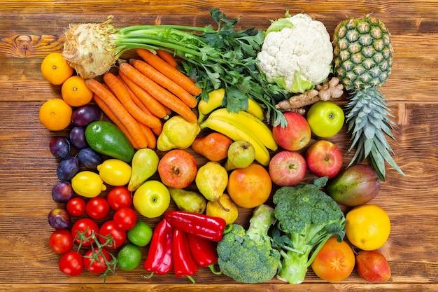 갈색 나무 테이블에 신선한 생 과일과 야채
