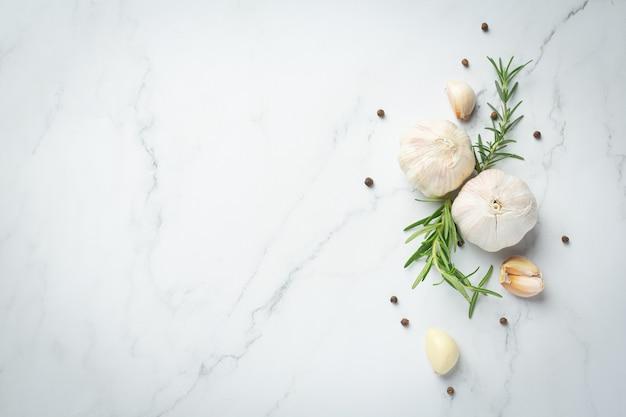 Свежий сырой чеснок готов к приготовлению