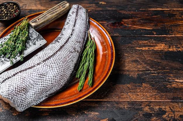 Свежая сырая белая рыба гренадер макрурус без головы. темный