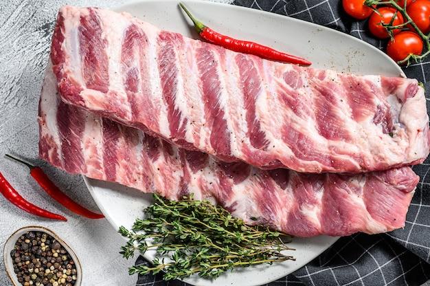 향신료와 허브를 곁들인 신선한 생 양고기 갈비