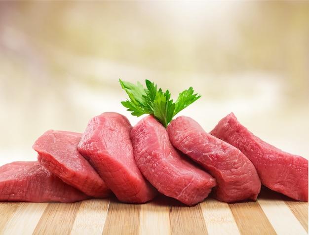 Свежее сырое мясо на фоне