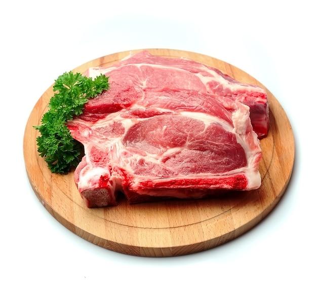 Свежее сырое мясо на разделочной доске.