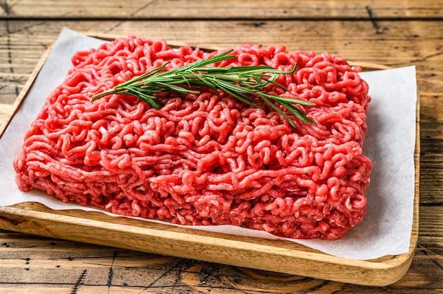 Свежий сырой говяжий фарш, фарш на мясной бумаге