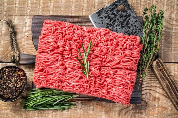 칼으로 정육점 커팅 보드에 신선한 원시 말하다 쇠고기 고기.