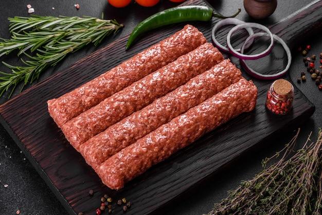 スパイスとハーブを添えた焼きケバブの新鮮な生ミンチ