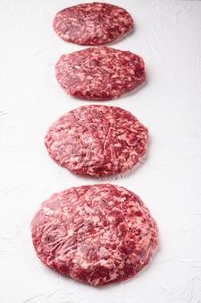 신선한 생 다진 수제 농민 쇠고기 햄버거 커틀릿 세트, 흰 돌에
